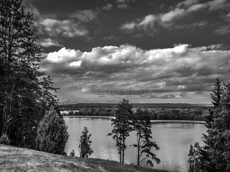 Γραφική άποψη σχετικά με τη λίμνη και το δάσος στο χρόνο βραδιού αμέσως πριν από το ηλιοβασίλεμα Ουρανός και σύννεφα που απεικονί στοκ φωτογραφίες