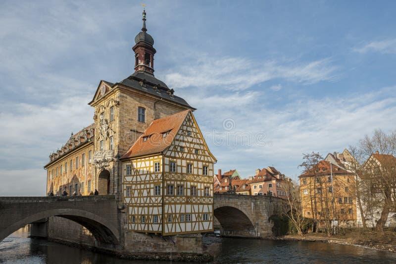 Γραφική άποψη του παλαιού Δημαρχείου Altes Rathaus με δύο γέφυρες πέρα από τον ποταμό Regnitz της Βαμβέργης Γερμανία Βαυαρία στοκ φωτογραφία με δικαίωμα ελεύθερης χρήσης