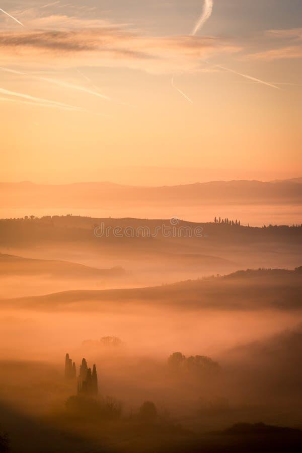 Γραφική ανατολή misty Τοσκάνη, Ιταλία στοκ εικόνες