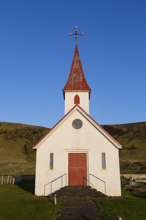 Γραφική εκκλησία με μια κόκκινη στέγη στο νησί στοκ εικόνες