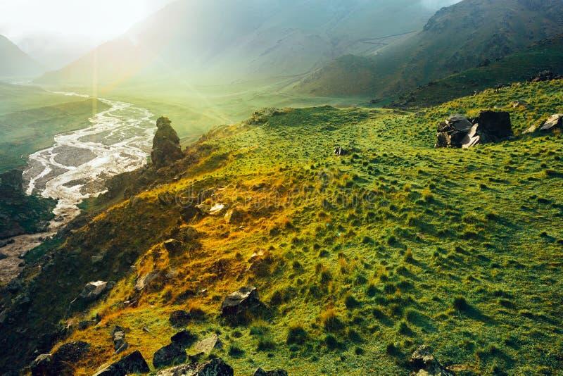 Γραφική ζωηρόχρωμη κοιλάδα βουνών κατά τη διάρκεια του ηλιοβασιλέματος Elbrus, βόρειος Καύκασος, Ρωσία στοκ φωτογραφία με δικαίωμα ελεύθερης χρήσης