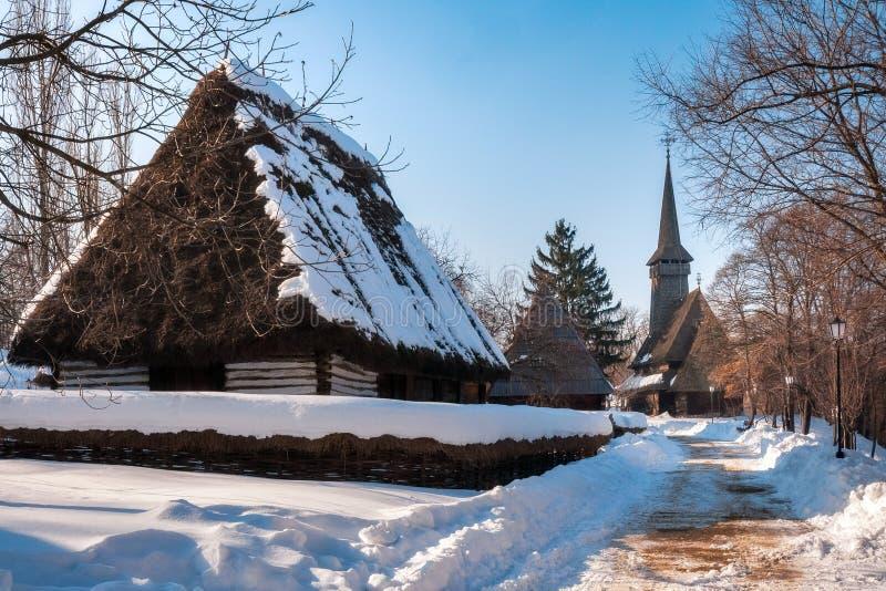 Γραφική οδός που καλύπτεται στο χιόνι στο του χωριού μουσείο στο Βουκουρέστι στοκ εικόνα με δικαίωμα ελεύθερης χρήσης