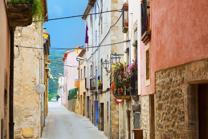 Γραφική οδός της παλαιάς καταλανικής πόλης Besalu στοκ εικόνες