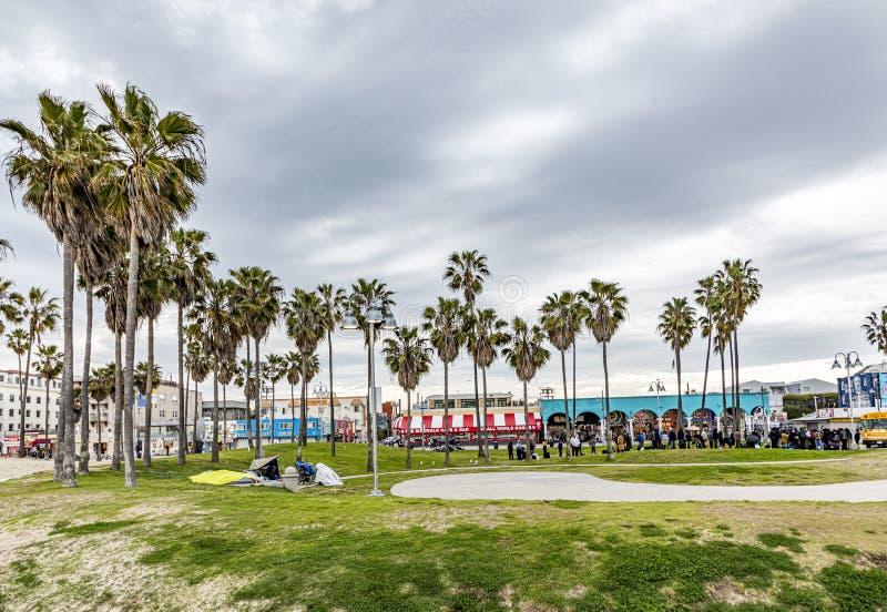 Γραφική παραλία στη Βενετία με φοίνικες και ανθρώπους στοκ φωτογραφία με δικαίωμα ελεύθερης χρήσης