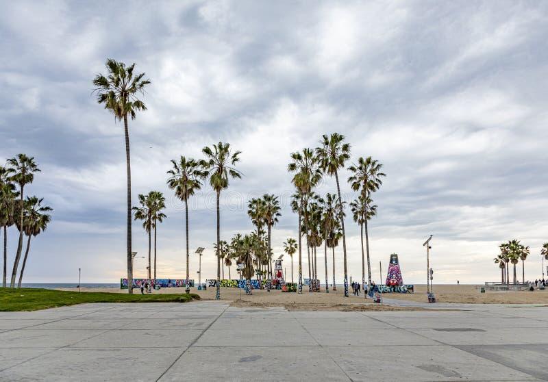 Γραφική παραλία στη Βενετία με φοίνικες στοκ εικόνες