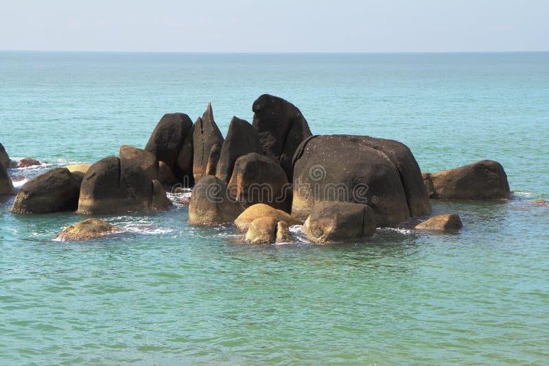 Γραφικοί βράχοι σε μια παραλία πλησίον στην ακτή στοκ φωτογραφία με δικαίωμα ελεύθερης χρήσης