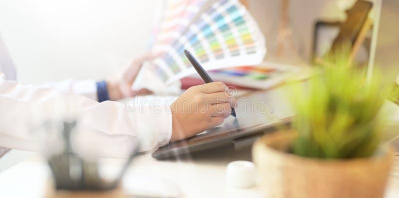 Γραφικός δημιουργικός σχεδιαστής που εργάζεται στο γραφείο στούντιο στοκ εικόνες