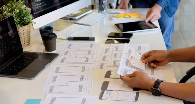 Γραφικός Ιστός εφαρμογής προγραμματισμού σκίτσων σχεδιαστών UI UX δημιουργικός στοκ φωτογραφία