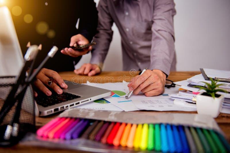 Γραφικός καλλιτέχνης σχεδίου συνεδρίασης των ομάδων σχεδιαστών στοκ φωτογραφία