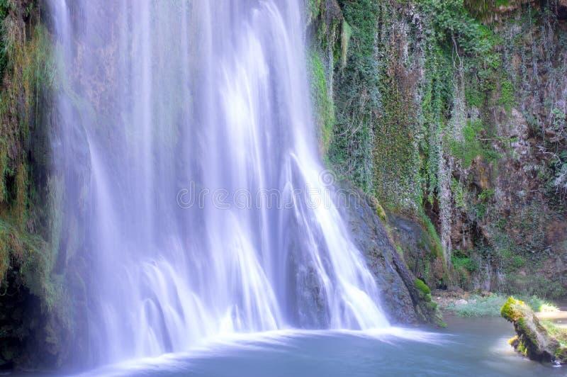 Γραφικός μεγάλος καταρράκτης που περιβάλλεται από το πράσινο δάσος στοκ εικόνες