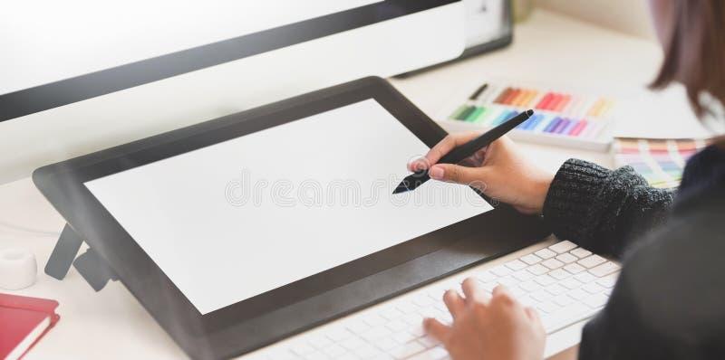 Γραφικός σχεδιαστής στο δημιουργικό στούντιο στοκ φωτογραφία