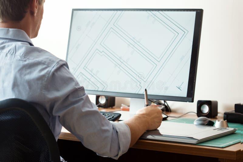 Γραφικός σχεδιαστής που χρησιμοποιεί την ψηφιακούς ταμπλέτα και τον υπολογιστή στοκ εικόνα με δικαίωμα ελεύθερης χρήσης