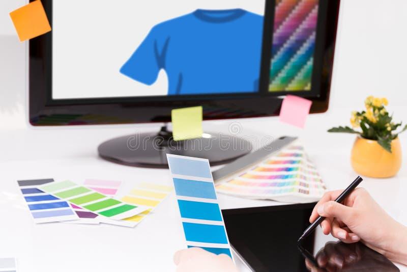 Γραφικός σχεδιαστής στην εργασία χαρακτηριστικά χρώματος εικόνας δείγματα εκτύπωσης Τύπου βιομηχανίας προ στοκ φωτογραφίες με δικαίωμα ελεύθερης χρήσης