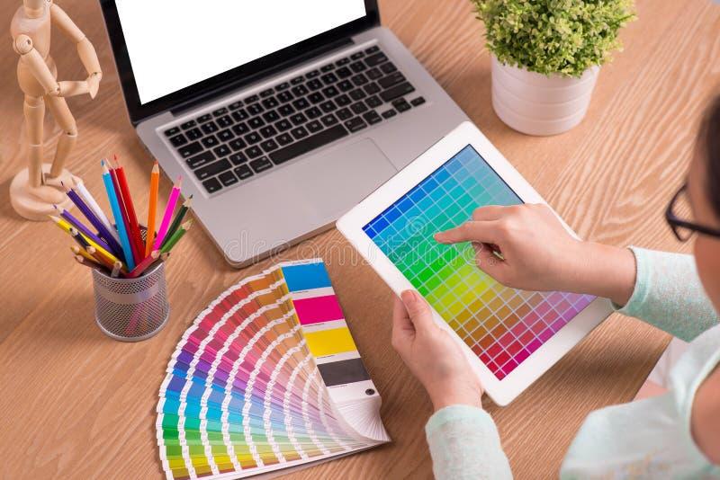 Γραφικός σχεδιαστής στην εργασία χαρακτηριστικά χρώματος εικόνας δείγματα εκτύπωσης Τύπου βιομηχανίας προ στοκ εικόνα με δικαίωμα ελεύθερης χρήσης