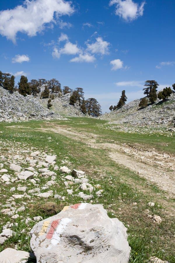 Γραφικό τοπίο βουνών Ο χαρακτηρισμός της διαδρομής είναι χαρακτηρισμένος σε μια μεγάλη πέτρα - κόκκινα και άσπρα σημάδια o r r στοκ εικόνα