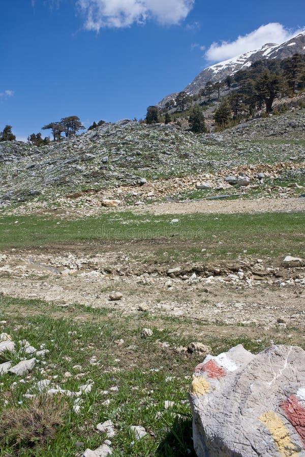 Γραφικό τοπίο βουνών Ο χαρακτηρισμός της διαδρομής είναι χαρακτηρισμένος σε μια μεγάλη πέτρα - κόκκινα και άσπρα σημάδια o r r στοκ εικόνα με δικαίωμα ελεύθερης χρήσης