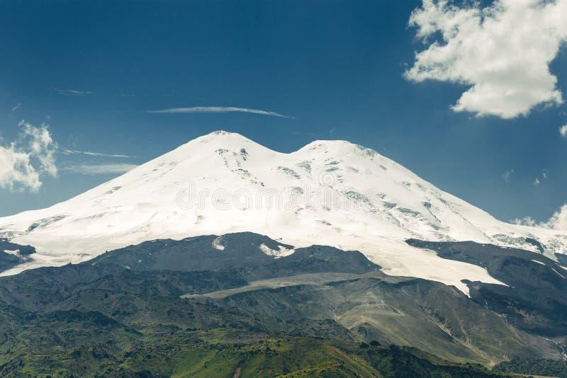 Γραφικό Elbrus και πράσινοι λόφοι στην ηλιόλουστη θερινή ημέρα Elbrus Ρ στοκ φωτογραφίες