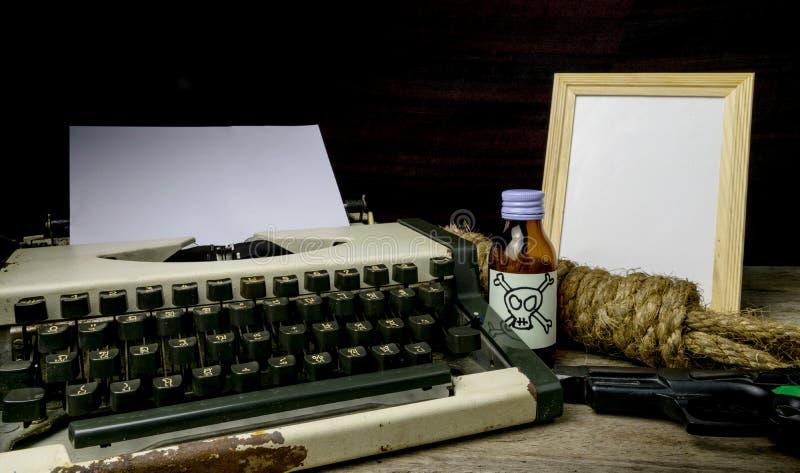 Γραφομηχανή με τη σελίδα εγγράφου και το δηλητήριο και το πυροβόλο όπλο στοκ εικόνες με δικαίωμα ελεύθερης χρήσης