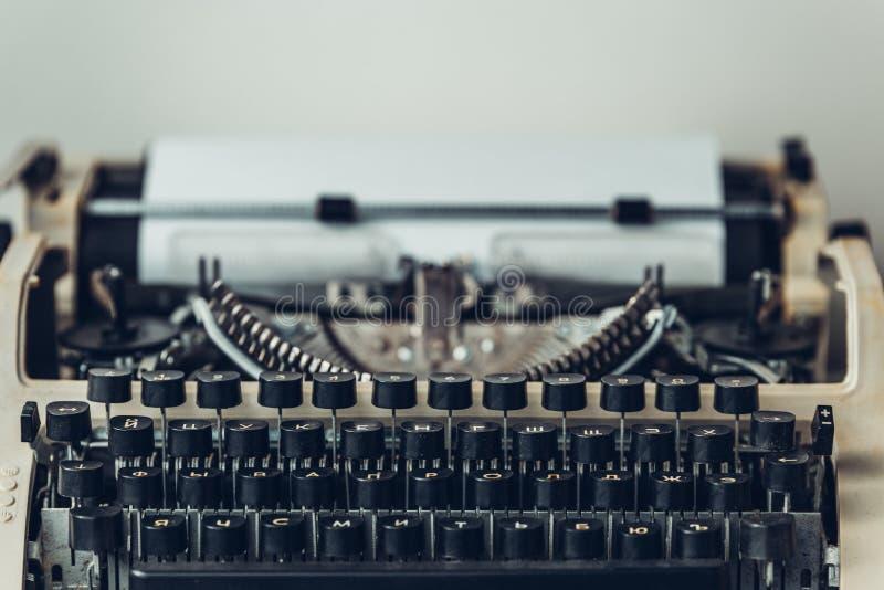 Γραφομηχανή με το φύλλο εγγράφου, κινηματογράφηση σε πρώτο πλάνο Έννοια βιβλίων συγγραφέων στοκ φωτογραφίες