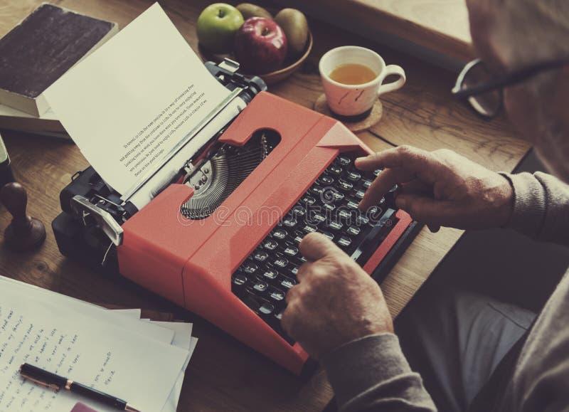 Γραφομηχανή που δακτυλογραφεί την αναδρομική νέα παλαιά έννοια λογοτεχνίας στοκ εικόνα