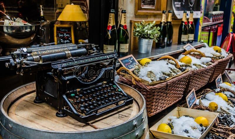 Γραφομηχανή, στρείδια και σαμπάνια στοκ εικόνες με δικαίωμα ελεύθερης χρήσης