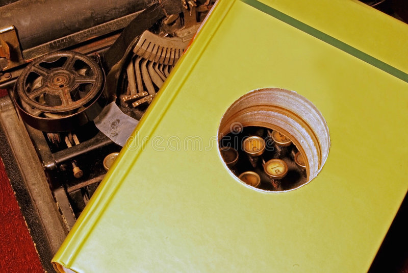 γραφομηχανή τρυπών βιβλίων στοκ εικόνες