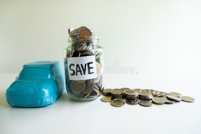 Γυάλινη και μπλε τραπεζαρία με κέρματα σωρεία, εντατικοποιήστε τις αναπτυσσόμενες επιχειρήσεις στην επιτυχία και εξοικονομήστε χρ στοκ φωτογραφίες