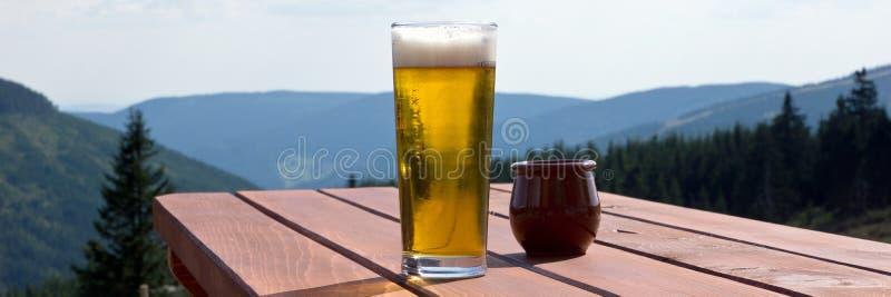 Γυάλινη μπύρα στο τραπέζι στο εξωτερικό εστιατόριο στοκ φωτογραφία με δικαίωμα ελεύθερης χρήσης