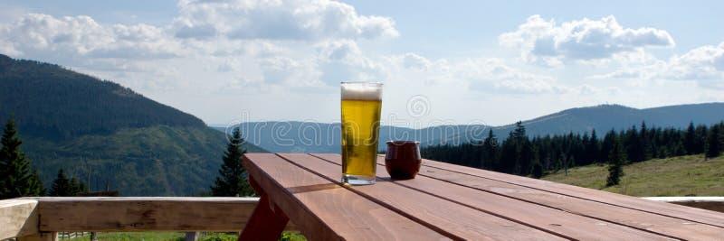 Γυάλινη μπύρα στο τραπέζι στο εξωτερικό εστιατόριο στοκ φωτογραφία