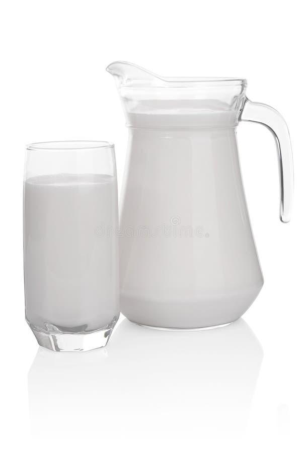 Γυαλί και κανάτα του γάλακτος που απομονώνεται στην άσπρη ανασκόπηση στοκ φωτογραφίες