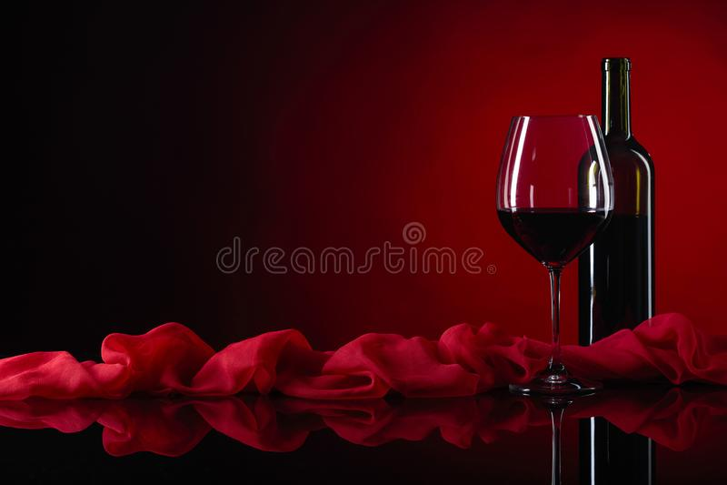 Γυαλί και μπουκάλι του κόκκινου κρασιού στοκ εικόνες