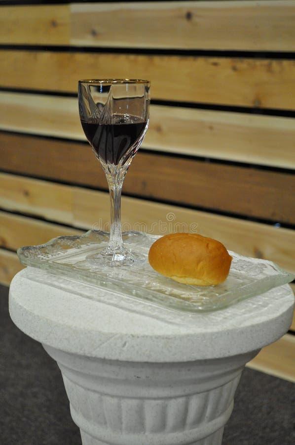 Γυαλί και ψωμί κοινωνίας ενάντια στο ξύλο στοκ εικόνα