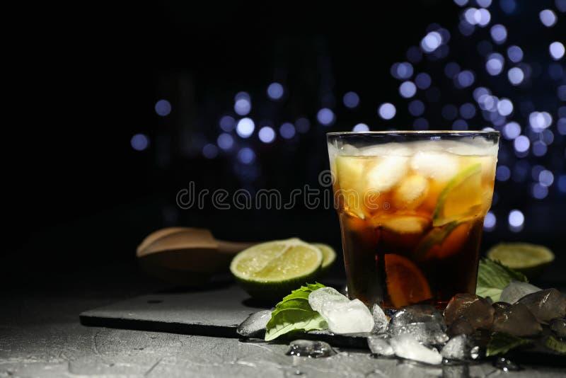 Γυαλί με τις φέτες κόλας και ασβέστη, juicer, πάγος, μέντα στοκ εικόνα με δικαίωμα ελεύθερης χρήσης