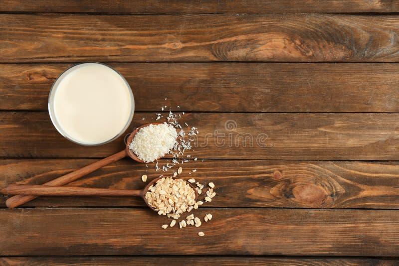 Γυαλί με το γάλα καρύδων και βρωμών στοκ φωτογραφία