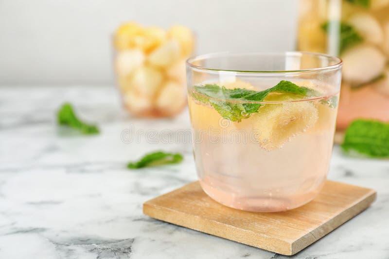 Γυαλί με το νόστιμο ποτό σφαιρών πεπονιών στοκ εικόνες με δικαίωμα ελεύθερης χρήσης
