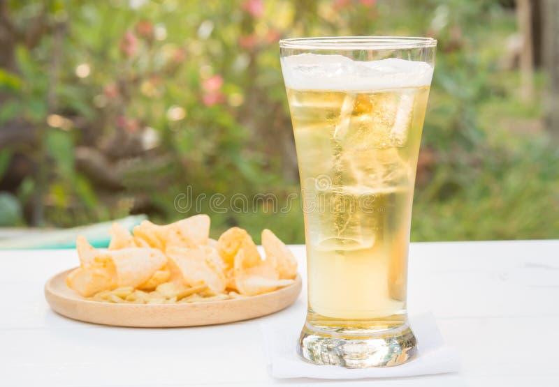 Γυαλί μπύρας στον πίνακα στο άσπρο ξύλο φυσικός στοκ εικόνες