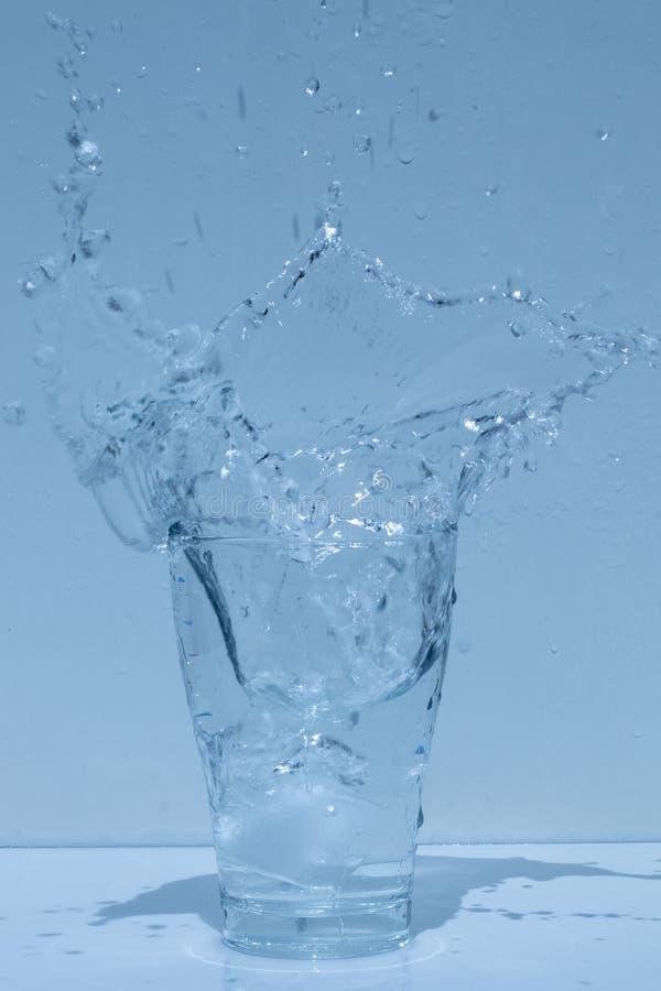 Γυαλί νερού, καταβρέχοντας νερό, φρεσκάδα στοκ φωτογραφία