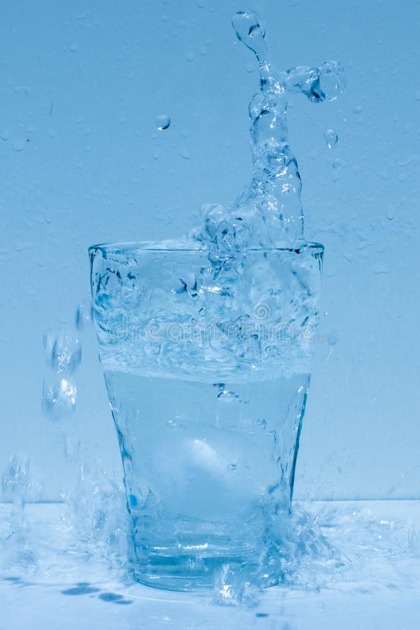 Γυαλί νερού, καταβρέχοντας νερό, φρεσκάδα στοκ εικόνα