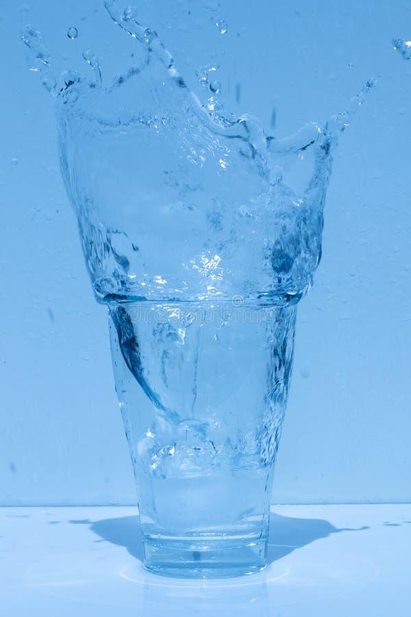 Γυαλί νερού, καταβρέχοντας νερό, φρεσκάδα στοκ φωτογραφίες