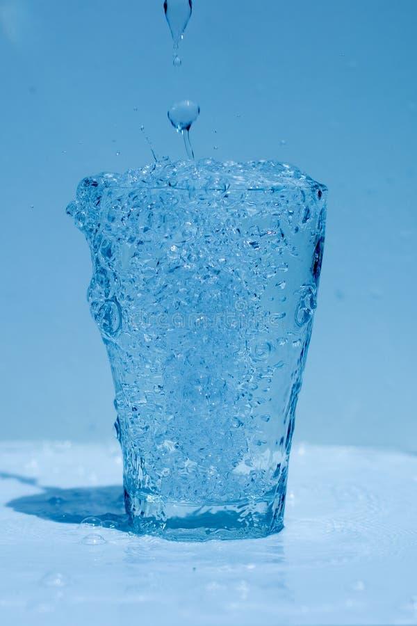 Γυαλί νερού, καταβρέχοντας νερό, φρεσκάδα στοκ φωτογραφία με δικαίωμα ελεύθερης χρήσης