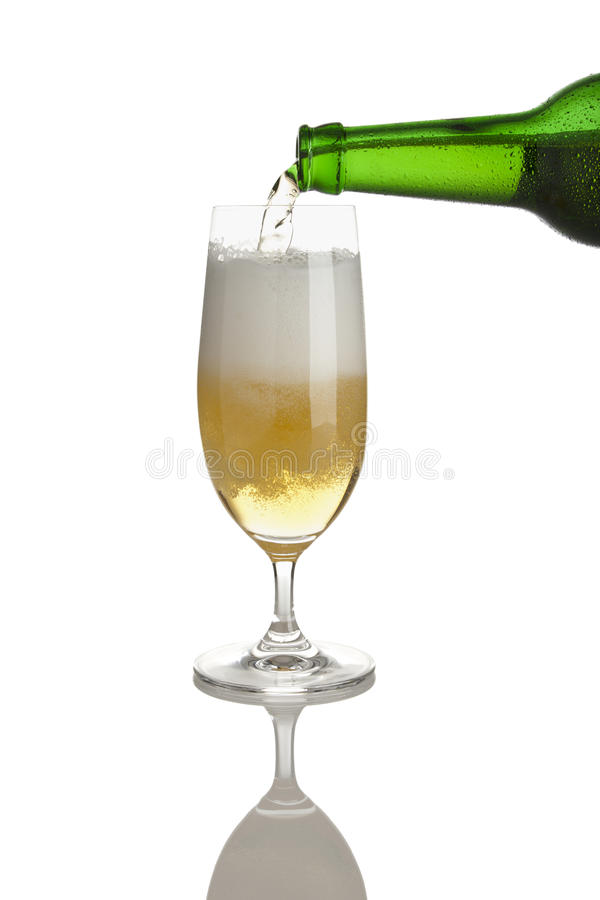 Download γυαλί πλήρωσης μπύρας στοκ εικόνα. εικόνα από ροή, ανασκόπησης - 13182761