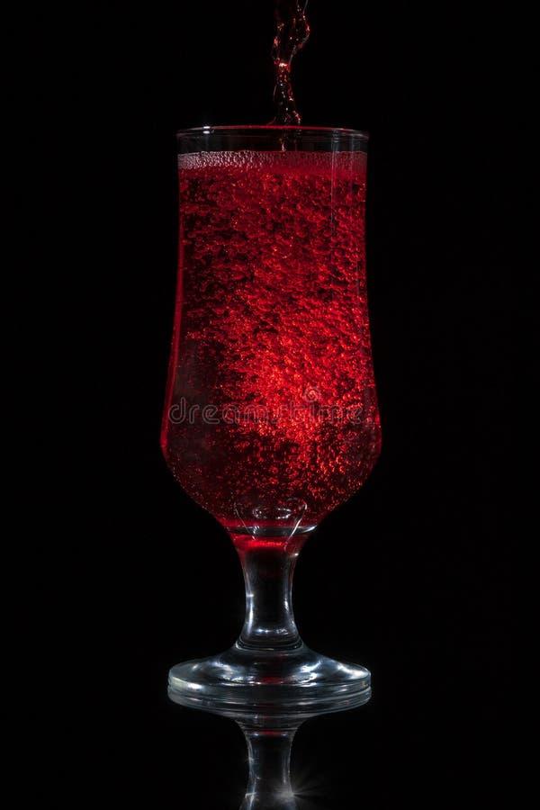 γυαλί που χύνει το κόκκιν& στοκ εικόνες με δικαίωμα ελεύθερης χρήσης