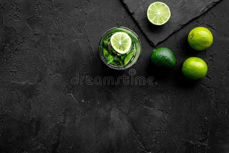 Γυαλί του mojito, ασβέστης, μέντα στη μαύρη τοπ άποψη υποβάθρου πετρών copyspace στοκ φωτογραφία