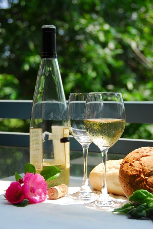 γυαλιά έξω από το άσπρο κρασί στοκ εικόνα