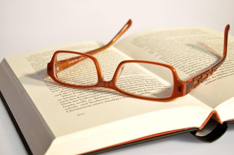 Γυαλιά ανάγνωσης που βρίσκονται σε ένα βιβλίο στοκ εικόνες