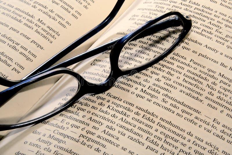Γυαλιά ανάγνωσης στο βιβλίο στοκ εικόνες με δικαίωμα ελεύθερης χρήσης