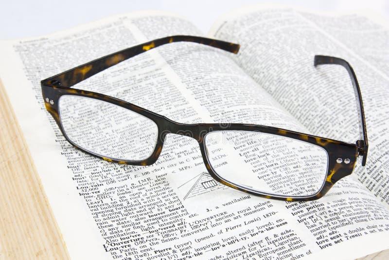 γυαλιά βιβλίων ανοικτά στοκ φωτογραφία με δικαίωμα ελεύθερης χρήσης