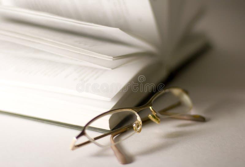 γυαλιά βιβλίων που ανοίγουν στοκ εικόνες