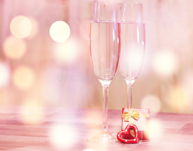 Γυαλιά γαμήλιας σαμπάνιας, ρομαντικό υπόβαθρο καρδιών στοκ εικόνες με δικαίωμα ελεύθερης χρήσης
