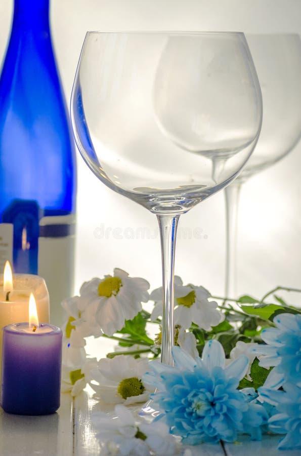Γυαλιά για το κρασί και τα λουλούδια στοκ εικόνες με δικαίωμα ελεύθερης χρήσης